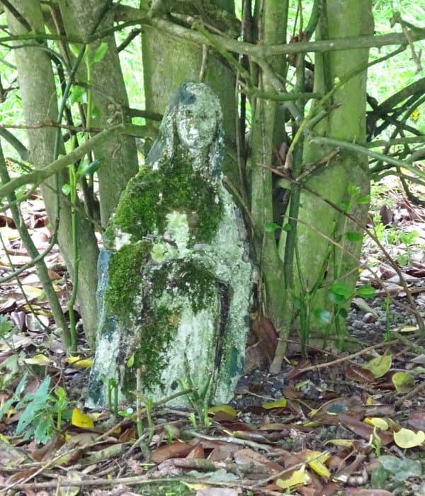 Marienstatue im Wald